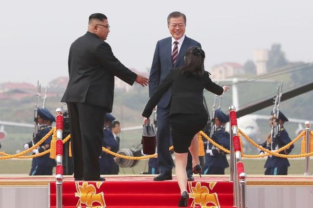 Hội nghị Thượng đỉnh Hàn-Triều lần thứ 3 diễn ra từ ngày 18-20/9 tại thủ đô Bình Nhưỡng của Triều Tiên. Sau 2 phiên thảo luậ, hai nhà lãnh đạo ngày 19/9 đã thông qua thỏa thuận Hòa bình Bình Nhưỡng, trong đó cam kết sẽ giảm bớt căng thẳng quân sự giữa 2 miền, nối lại các dự án đầu tư, xây dựng cơ sở hạ tầng trong đó có tuyến đường sắt liên Triều. Kết quả của sự kiện này đã được cộng đồng quốc tế đánh giá cao. Và sự thành công của hội nghị lần này ngoài sự quyết tâm mang lại hòa bình cho bán đảo Triều Tiên của 2 nhà lãnh đạo, còn một phần nhờ vào sự chu đáo và hiếu khách của chủ nhà Triều Tiên đã tạo nên một bầu không khí nồng ấm, gắn kết. Trong ảnh: Tổng thống Moon gặp bà Kim Yo-jong.