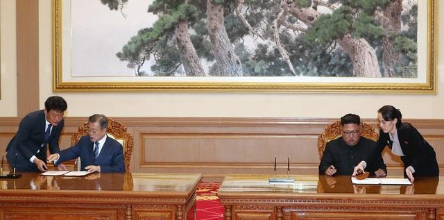 Ngày 19/8, bà Kim xuất hiện trong lễ ký kết thỏa thuận giữa 2 nhà lãnh đạo, đưa bút cho anh trai ký vào văn bản quan trọng thể hiện cam kết phi hạt nhân hóa và hướng tới bán đảo Triều Tiên hòa bình và ổn định.
