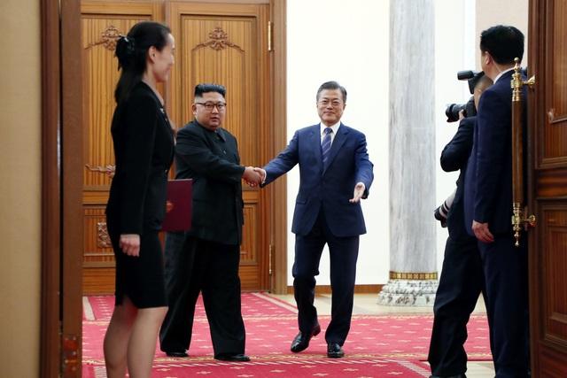 Bà Kim Yo-jong là con gái của cố lãnh đạo Kim Jong-il. Bà bắt đầu được truyền thông chú ý vào năm ngoái khi được bầu làm thành viên dự khuyết Bộ Chính trị Ban Chấp hành Trung ương đảng Lao động Triều Tiên. Ngoài ra, bà cũng đang nắm vị trí phó trưởng Ban Tuyên truyền và Cổ động của đảng Lao động Triều Tiên cầm quyền.