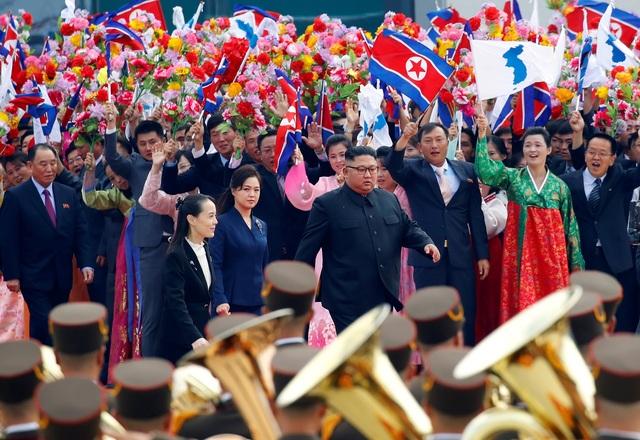 """""""Bà Kim Yo-jong là trợ lý chính trị và cánh tay phải của ông Kim Jong-un"""", ông Han-Bum Cho, chuyên gia tại Viện Thống nhất Quốc gia (Hàn Quốc) nói với ABC News. Chuyên gia này cho rằng bà là một trong số những quan chức cấp dưới mà ông Kim hoàn toàn tin tưởng. Bà Kim Yo-jong cũng được cho là một nhân vật không thể thiếu trong chiến lược """"ngoại giao bóng hồng"""" của Triều Tiên nhằm tạo nên hình ảnh một Triều Tiên gần gũi, thiện cảm hơn trong mắt cộng đồng quốc tế. Vì vậy, một số ý kiến cho rằng bà Kim dường như không có vị trí quá quan trọng trong việc đưa ra những quyết định chủ chốt, và ông Kim thường cử cô đi tháp tùng tại các sự kiện nhằm mục đích tuyên truyền nhiều hơn."""