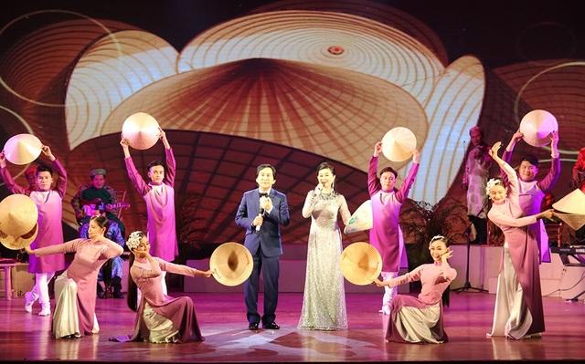Nghệ sĩ Kim Tử Long và Quế Trân biểu diễn trong đêm bế mạc.