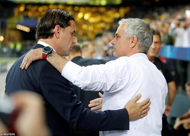 HLV Jose Mourinho (phải) và đồng nghiệp Gerardo Seoane chào hỏi nhau trước trận đấu
