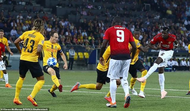 Man Utd vượt lên dẫn trước bằng bàn thắng của Pogba ở phút 35, một bàn thắng thể hiện sự đẳng cấp của tiền vệ người Pháp. Pogba đã sút chân trái rất gọn gàng, một lần nữa tiền vệ người Pháp cho thấy khả năng dứt điểm hai chân như một