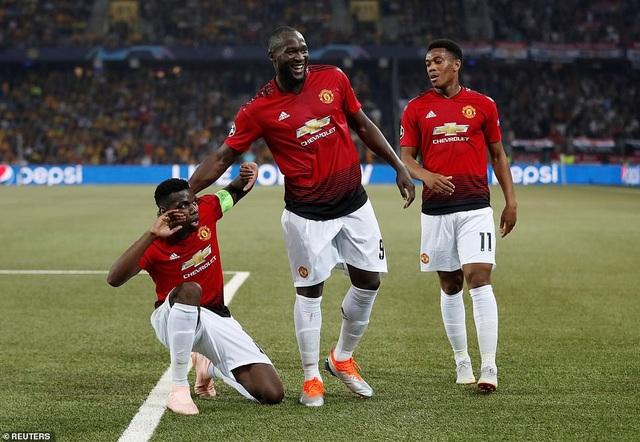 Các cầu thủ Man Utd chia vui với Pogba