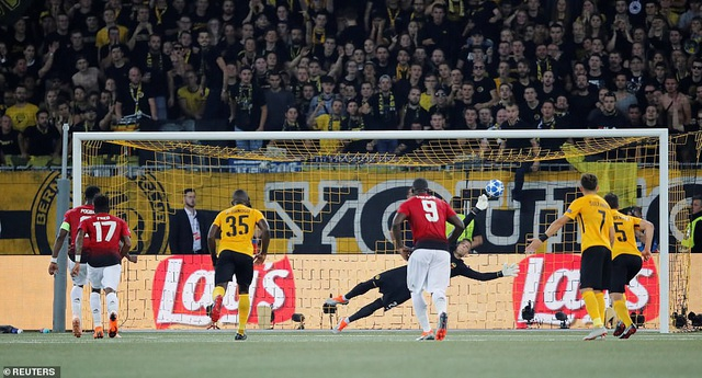 Pogba đã có một màn sút rất điệu đà khi chạy những bước đà rất ngắn, giống như một chú chuột nhảy trên sân. Phong cách gợi nhớ tới quả sút penalty của tiền đạo người Italia Zara ở Euro 2012