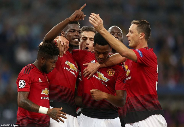 Niềm vui của các cầu thủ Man Utd sau khi có bàn thắng thứ ba
