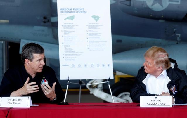 Ông Trump đã có cuộc họp ngắn với các quan chức địa phương, trong đó có Thống đốc Bắc Carolina Roy Cooper (trái) và Thống đốc Nam Carolina Henry McMaster, về công tác cứu trợ cho người dân tại Carolina.