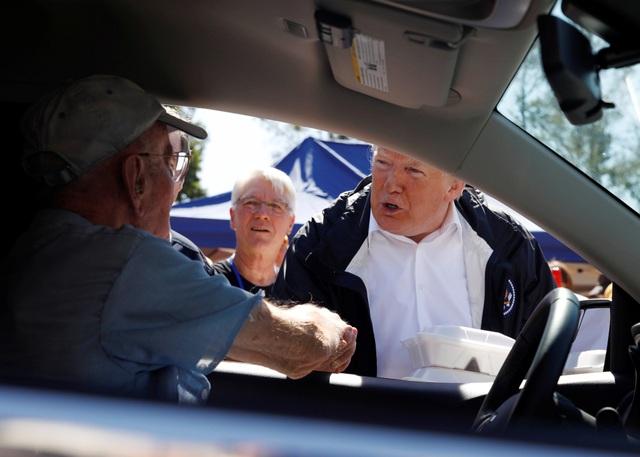 Đi cùng với các quan chức địa phương và lãnh đạo bang, ông Trump hứa sẽ hỗ trợ chính quyền bang khắc phục hậu quả của bão Florence.