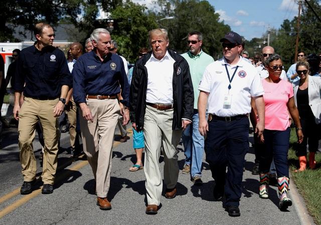 Tổng thống Trump ngày 19/9 đã tới hai bang Bắc Carolina và Nam Carolina để thị sát tình hình và thăm hỏi người dân sau khi bão Florence tàn phá khu vực này vào tuần trước.