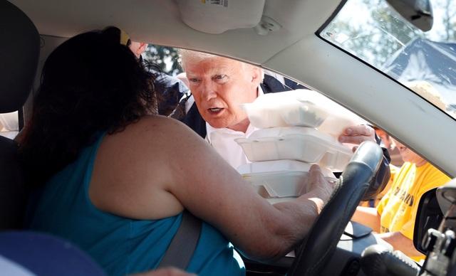Ông Trump gửi đồ ăn cứu trợ cho một phụ nữ khi tới New Bern, Bắc Carolina.