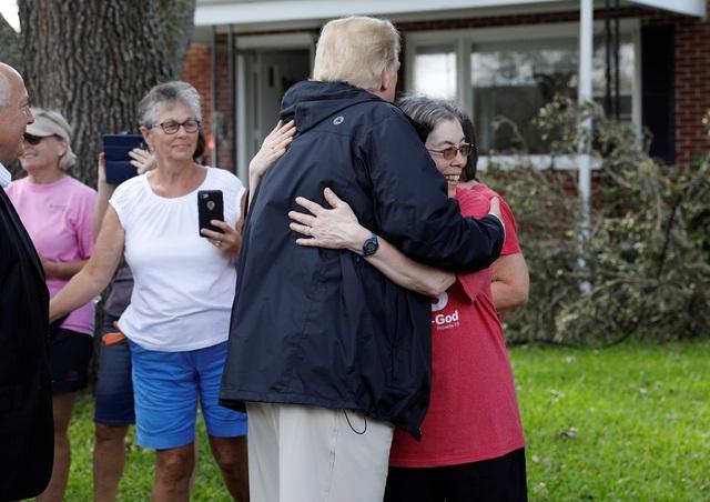 """""""Cả nước Mỹ chia sẻ nỗi đau với các bạn. Chúng tôi đồng cảm với các bạn. Chúng tôi sẽ không bao giờ lãng quên sự mất mát của các bạn"""", ông Trump nói với người dân Carolina."""