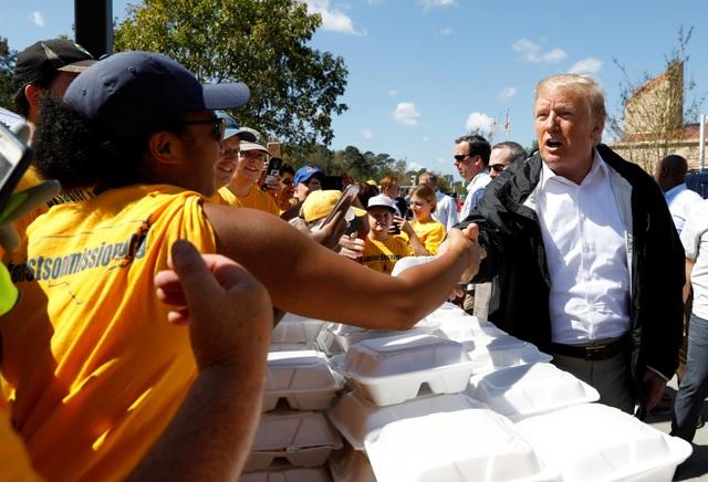 Nhà lãnh đạo Mỹ tới thăm một trung tâm phân phát hàng cứu trợ ở Bắc Carolina và tự tay phát đồ ăn cho người dân.