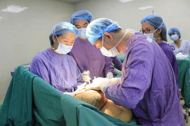 Các bác sĩ đã cắt bỏ đến 2kg khối u làm ngực trái bệnh nhân lớn gấp 4 - 5 lần ngực phải.