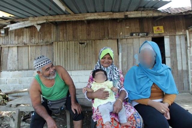 Cô bé chụp ảnh cùng bố mẹ và cháu của mình