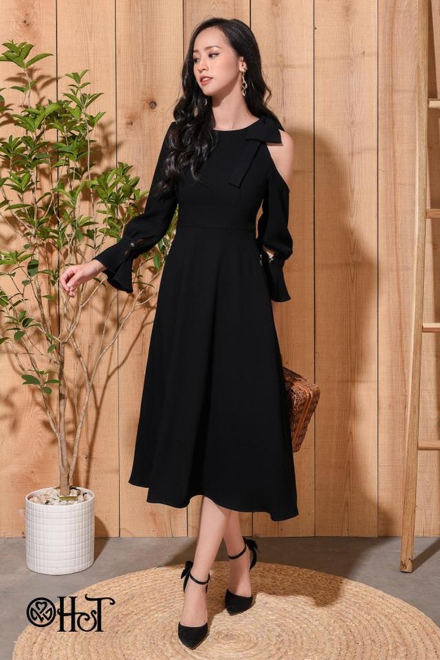Cách điệu xẻ vai, mẫu váy này không những quyến rũ mà còn mang vẻ thời thượng, quý phái và phong cách.