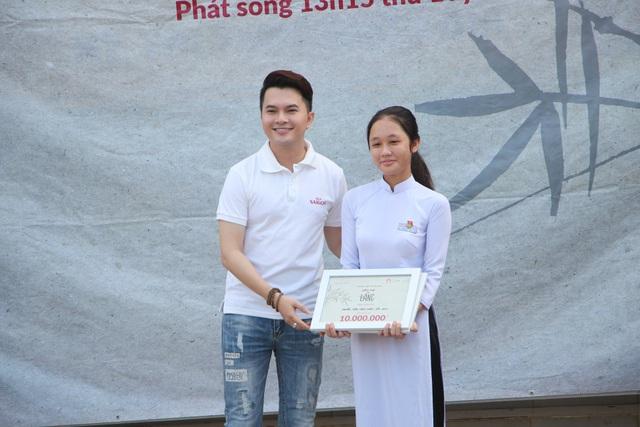 Nam ca sĩ Nam Cường đại diện nhà tài trợ trao học bổng cho em Nguyễn Trần Ngọc Xuân THPT Vĩnh Thuận - Kiên Giang (Tập 14).