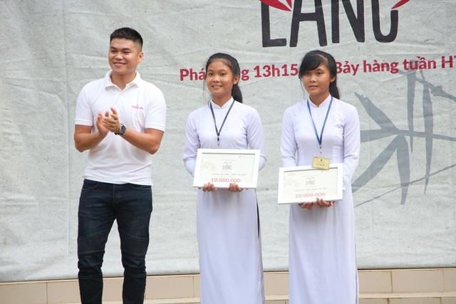 Nghệ sĩ Trung Kiên trao học bổng cho hai chị em sinh đôi Thạch Thị Thúy và Thạch Thị Loan, lớp 12A1 trường THPT Đôn Châu (Trà Vinh) - Tập 25.