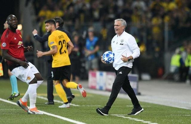 Mourinho (phải) không hài lòng về điều kiện trên sân cỏ nhân tạo Stade de Suisse
