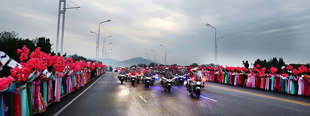 Đoàn xe hộ tống Tổng thống Moon Jae-in và phu nhân tới sân bay Sunan trước khi tới núi thiêng Paekdu. (Ảnh: Korea Times)