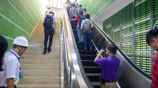 Lối thang bộ và thang cuốn dành cho hành khách thông thường. Đối với người khuyết tật sẽ có thang máy riêng để di chuyển lên/xuống nhà ga đi tàu