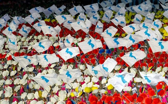 Những lá cờ bán đảo Triều Tiên thống nhất tung bay trong chương trình đồng diễn.