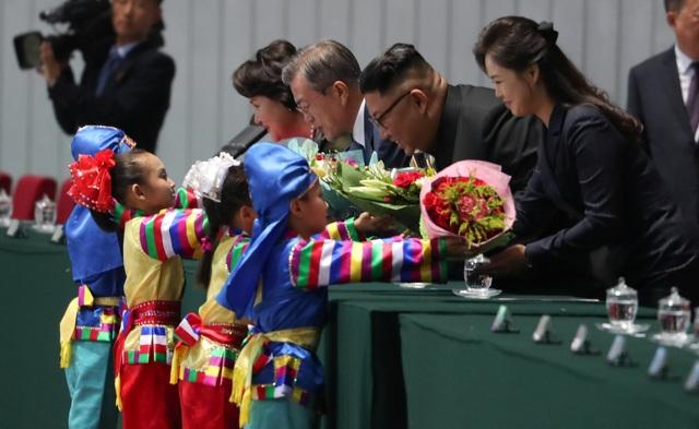 Tổng thống Moon Jae-in và nhà lãnh đạo Kim Jong-un cùng hai đệ nhất phu nhân đã tới dự chương trình nghệ thuật và đồng diễn tại sân vận động 1/5 ở Bình Nhưỡng.