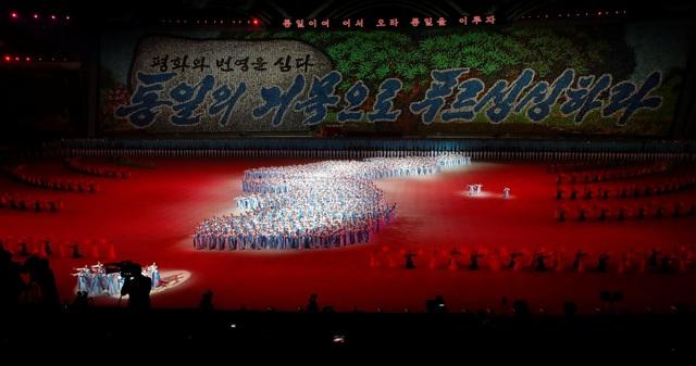 Bản đồ bán đảo Triều Tiên thống nhất được xếp bằng người thật ngay tại sân vận động 1/5.