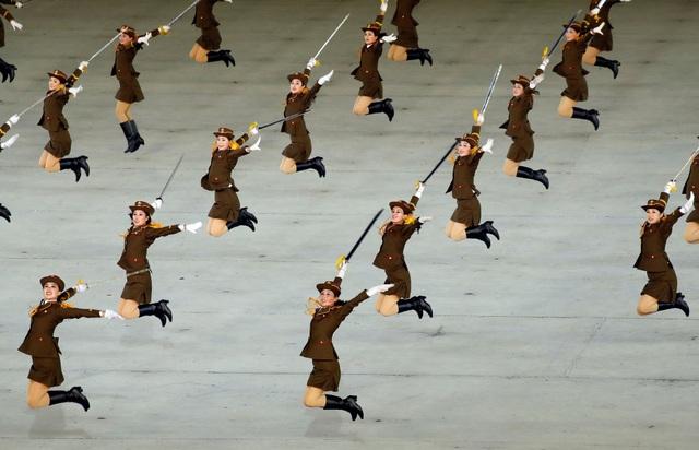 Các tiết mục biểu diễn được Triều Tiên chuẩn bị công phu và đa dạng, từ múa hát cho tới nhào lộn.