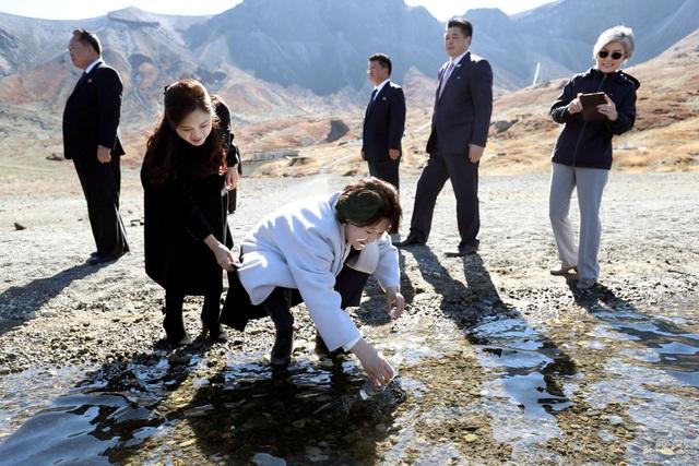 Đệ nhất phu nhân Kim Jung-sook lấy nước từ hồ Cheonji (Ảnh: Reuters)