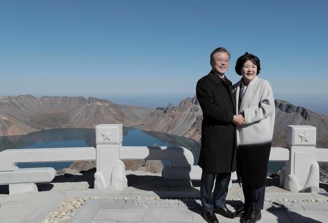 Tổng thống Moon và phu nhân nắm tay nhau khi chụp ảnh trên đỉnh núi Paekdu (Ảnh: Reuters)