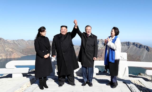 Hai nhà lãnh đạo Hàn - Triều nắm tay trên đỉnh núi Paekdu (Ảnh: Reuters)