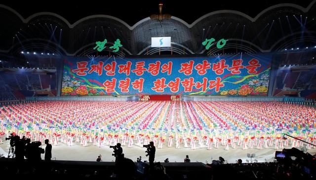 Từng tạm dừng tổ chức vào năm 2013, Triều Tiên gần đây đã tổ chức lại chương trình đồng diễn quy mô lớn nhân kỷ niệm 70 năm Quốc khánh 9/9. Nhân chuyến thăm của ông Moon Jae-in, Triều Tiên một lần nữa tổ chức lại chương trình này.