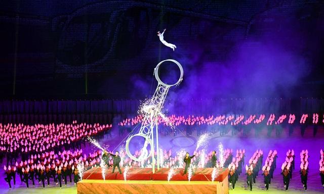 Những người tham gia đồng diễn chủ yếu bao gồm học sinh, sinh viên và các nghệ sĩ Triều Tiên.