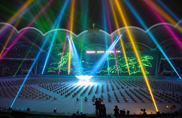 """Triều Tiên kết hợp giữa âm thanh, ánh sáng và các động tác của con người để tạo thành """"bữa tiệc"""" nghệ thuật hoành tráng chào đón tổng thống Hàn Quốc."""