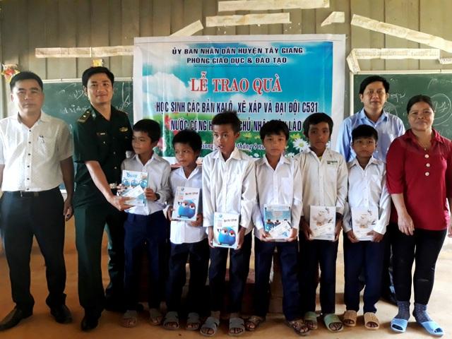 Tặng quà cho học sinh bản Ka Lô