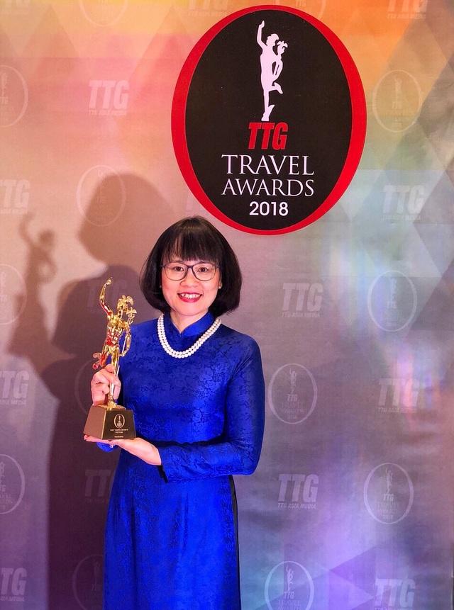 Bà Huỳnh Phan Phương Hoàng - Phó Tổng giám đốc công ty du lịch Vietravel nhận giải thưởng của TTG Travel Awards
