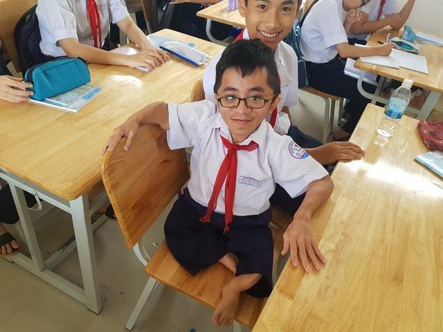 Em Trương Hoàng Thiện, học sinh lớp 9/2 trường THCS Bùi Thị Xuân (TP Nha Trang) nỗ lực đến trường dù bị khiếm khuyết về thể chất