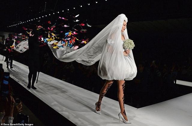 Phần đuôi váy dài thướt tha, lôi cuốn theo bước chân Gigi Hadid