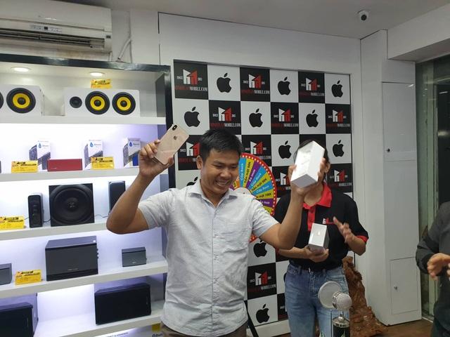 Ông Minh Tuấn hào hứng khi mở hộp iPhone XS Max mới