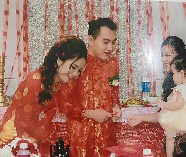 Đầu cô dâu chú rể to khác thường, nhiều quan khách cũng bị ghép mặt rất đơ