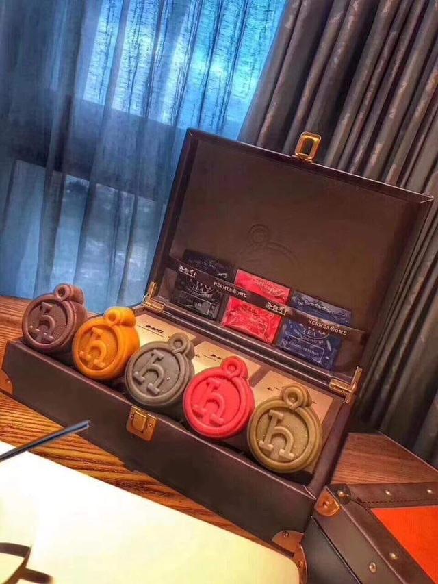 Hộp bánh trung thu nhái hiệu Hermes cao cấp hơn có giá hơn 2 triệu đồng. (Ảnh: Hồng Vân)
