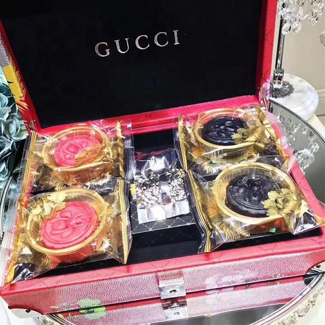 Bánh trung thu nhái hiệu Gucci với hộp bao da, lót nhung đen sang chảnh.