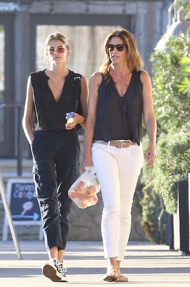 Kaia và mẹ ruột, Cindy Crawford đang cùng có mặt tại Ý để tham dự tuần lễ thời trang Milan, tháng 9/2018.