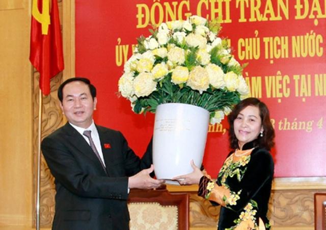 Chủ tịch nước tặng hoa chúc mừng thành tựu tỉnh Ninh Bình đạt được. Trong ảnh: Chủ tịch nước trao hoa chúc mừng cho bà Nguyễn Thị Thanh – Bí thư Tỉnh ủy Ninh Bình.