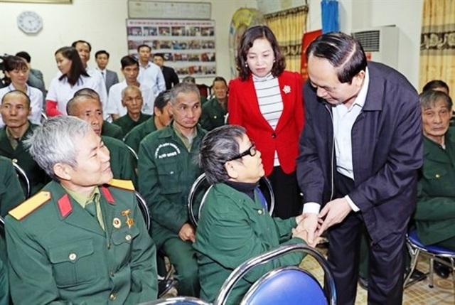 Chủ tịch nước ân cần thăm hỏi, động viên khích lệ từng thương binh gắng điều dưỡng tốt để vượt qua khó khăn, bệnh tật để vươn lên trong cuộc sống.