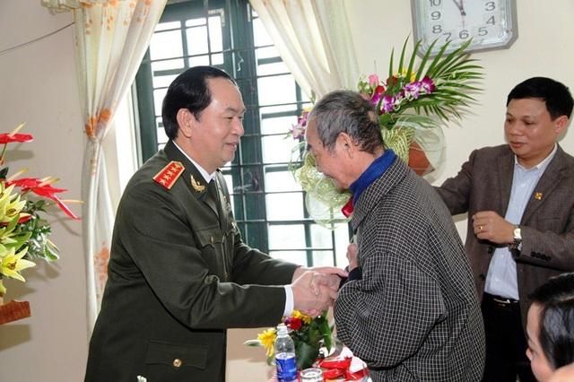 Trước đó, khi còn làm Bộ trưởng Công an, Đại tướng Trần Đại Quang đã về thăm thầy giáo cũ của mình là thầy Phạm Thạnh, nguyên Hiệu trưởng trường THPT Kim Sơn B để tri ân thầy đã dạy dỗ trong những ngày học dưới mái trường cấp 3 quê nhà.
