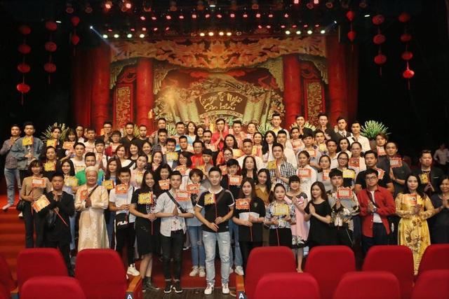 Các nghệ sĩ tề tựu đông đủ và thành kính trong lễ Giỗ Tổ nghề sân khấu diễn ra tối 20/9 tại Cung Văn hóa Hữu nghị Việt Xô Hà Nội.