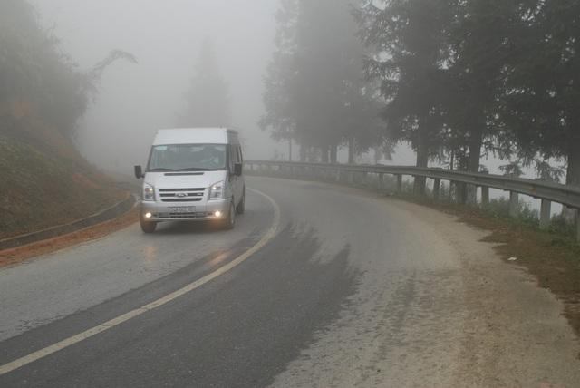 Đường lên khu du lịch Sa Pa hiện nay vừa hẹp, vừa quanh co khó đi.