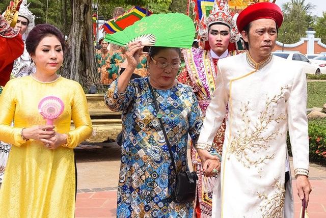Nghệ sĩ Hoài Linh với áo dài khăn đóng chỉnh chu, bên cạnh các nghệ sĩ sân khấu đến tham dự và thành kính dâng hương lên Tổ nghiệp
