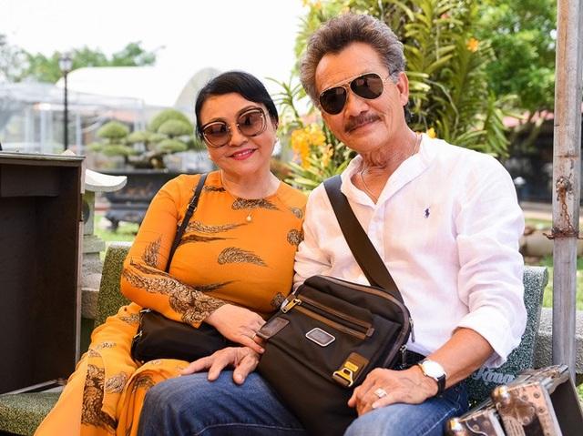 Nghệ sĩ Hương Lan và ông xã về nước cũng có mặt tại nhà thờ Tổ